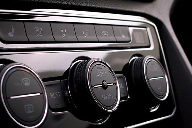 Естетичен интериор на скъпо струващ автомобил